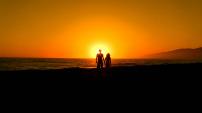 夕阳情侣接吻剪影爱情温馨led视频素材
